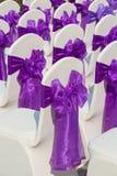 与一把紫色弓的椅子在一个美好的婚礼 库存照片