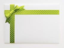 与一把绿色弓的空白的礼物 库存照片