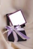 与一把紫色弓的黑礼物 图库摄影
