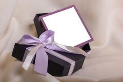 与一把紫色弓的黑礼物 库存图片