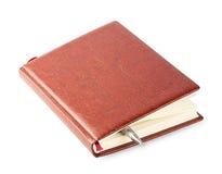 与一支棕色皮革盖子和笔的日志 免版税库存图片