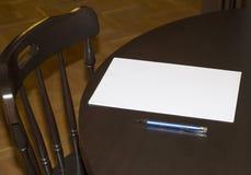 与一支笔的白纸在桌上在家 免版税库存图片