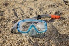 与一支管的废气管面具在沙子 免版税库存图片