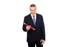 与一支过大的红色铅笔的经理文字 图库摄影