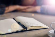 与一支铅笔的被打开的笔记本页在轻的桌里 免版税图库摄影