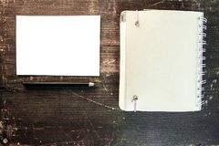 与一支黑铅笔和一个空白的议程的一张空白的白色明信片 库存照片