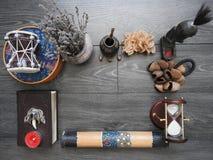 与一本旧书、蜡烛和其他属性的神秘的背景 万圣节和不可思议仪式的隐密概念  库存图片