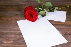 与一朵唯一红色玫瑰的贺卡 免版税图库摄影