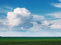 与一朵大,美丽如画,白色云彩的夏天风景在蓝色 库存图片