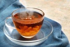 与一朵奶油色云彩的新近地酿造的红茶在一个玻璃杯子, stea 免版税库存照片