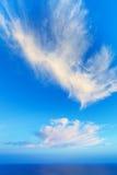 与一朵好的云彩的天空背景在海 库存图片
