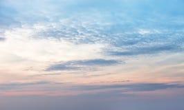 与一朵好的日落云彩的天空背景 库存照片