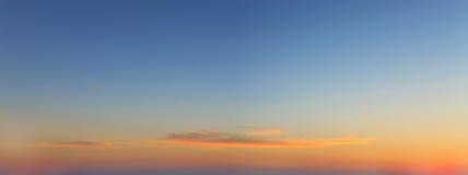 与一朵好的日落云彩的天空背景 免版税库存图片