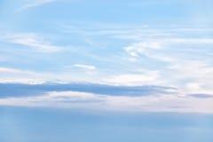 与一朵好的日落云彩的天空背景 免版税库存照片