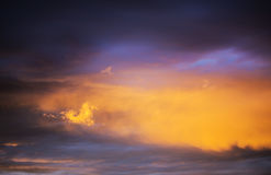 与一朵小云彩的橙色日落 图库摄影