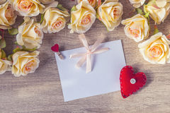 与一朵桃红色丝带、红色心脏和桃子玫瑰o的白色空插件 免版税库存照片