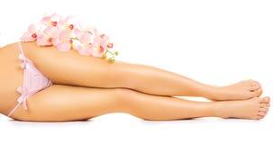 与一朵桃红色兰花花的松弛修脚 免版税库存照片