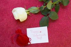 与一朵白色玫瑰的华伦泰的概念 库存图片