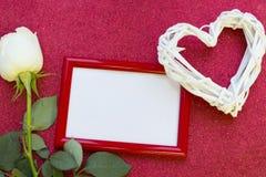 与一朵白色玫瑰的华伦泰的概念 库存照片