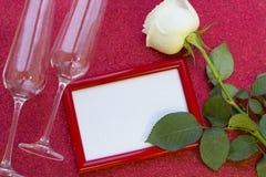 与一朵白色玫瑰的华伦泰的概念 免版税库存照片