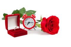 与一朵红色玫瑰的婚戒 免版税库存图片