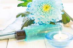 与一朵蓝色花的温泉概念 库存照片