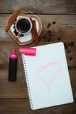 与一朵被绘的心脏、咖啡和花的笔记薄 免版税库存图片