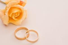 与一朵黄色玫瑰的婚戒 图库摄影