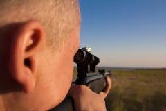 与一杆枪的射击在自然 库存照片