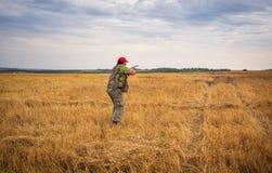 与一杆枪的猎人在领域 库存图片