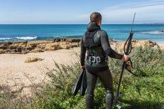 与一杆枪的水下的猎人在面具 图库摄影