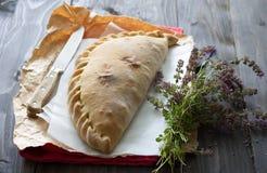 与一束的意大利薄饼calzone麝香草 库存图片