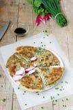 与一束的自创开胃薤薄煎饼葱和萝卜 土气样式 免版税库存图片