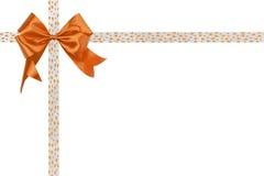 与一条丝带的橙色弓在白色背景 免版税库存图片