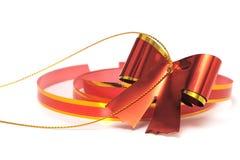 与一条丝带的红色弓在白色背景 库存图片