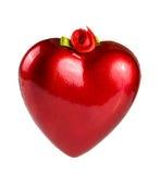 与一条丝带的红色心脏在白色背景隔绝的垂悬的 免版税图库摄影