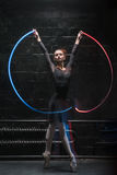 与一条五颜六色的体操丝带的吸引人跳芭蕾舞者跳舞 免版税库存照片
