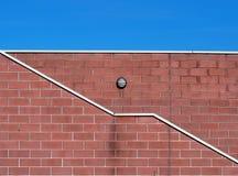 与一条倾斜之字形空白线路的砖墙样式从权利下来离开 免版税库存照片
