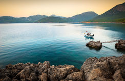 与一条偏僻的小船的安静的海湾 库存照片