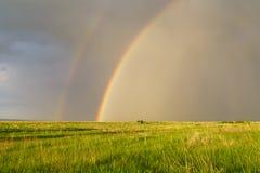 与一条双重彩虹的夏天风景在雷的一个领域 免版税图库摄影