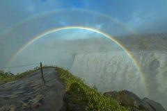 与一条双重彩虹的巨大的黛提瀑布瀑布,冰岛 免版税库存照片