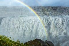 与一条双重彩虹的巨大的黛提瀑布瀑布,冰岛 图库摄影
