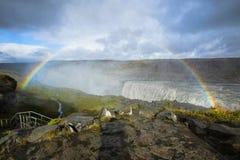 与一条双重彩虹的巨大的黛提瀑布瀑布,冰岛 库存照片