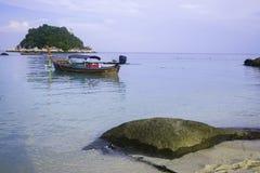 与一条地方小船的Lipe海滩 库存照片