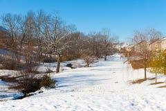与一条小河、森林和一条街道的冬天横向在美国人 库存图片