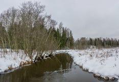 与一条小河的冬天风景 免版税库存图片