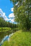 与一条小河的夏天风景 免版税图库摄影