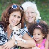 与一条小狗的愉快的西班牙家庭 库存照片