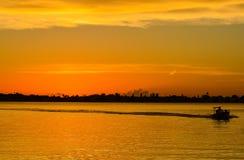 与一条小船的剪影的日落在相互沿海的在Belleair吓唬,与一条小船的剪影的FloridaSunset在i的 库存照片