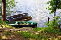 与一条小船的河岸在水 免版税库存照片